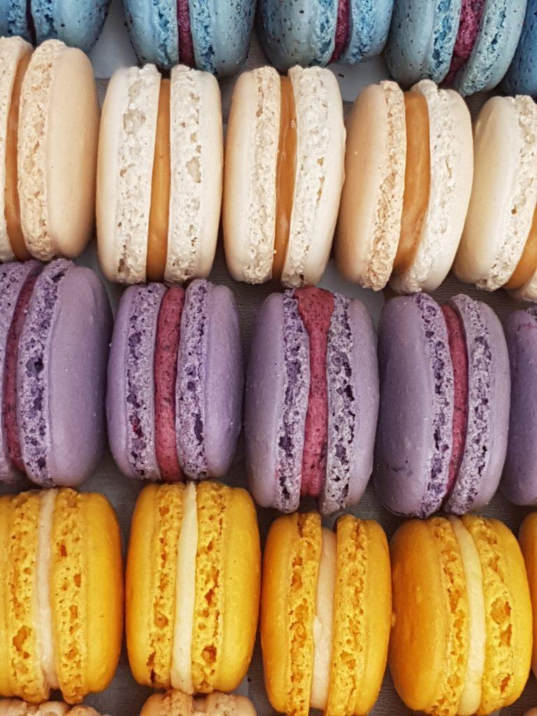 macaroons 1379180 768x1024 Oblicz ile kalorii możesz spożywać, by schudnąć!